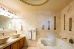 Bath and sink in Villa Paraiso
