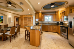 Kitchen and dining in Villa Paraiso